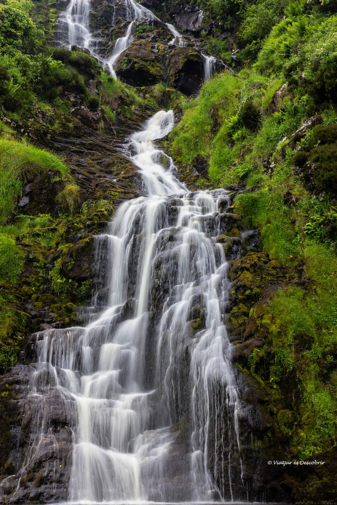 cascada del paisaje tipico durante el viaje a irlanda