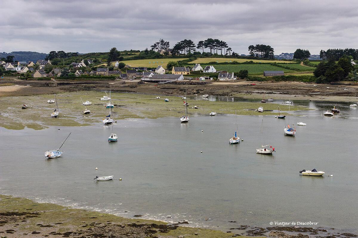 barcos en la bahia de morlaix a lo largo de la costa de la bretaña francesa en bicicleta