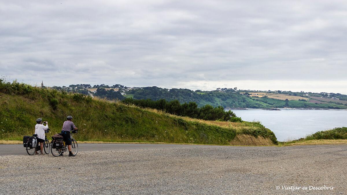 ciclistas contemplando las vistas de la costa bretona