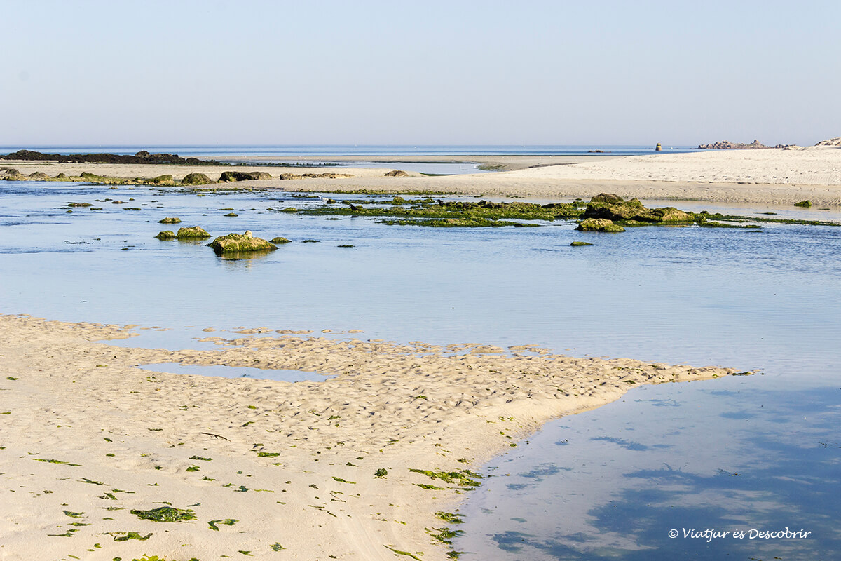 playa con marea baja en la costa de la bretaña francesa en bicicleta