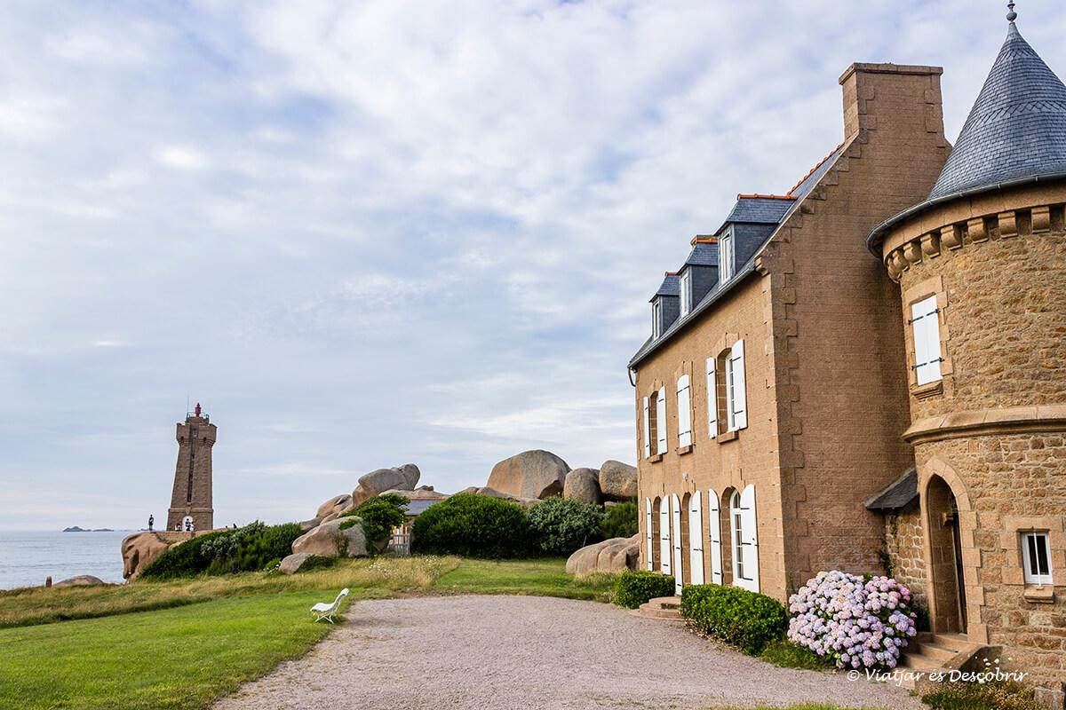 el faro Ploumanach es el simbolo de la costa de granito rosa en la bretaña francesa