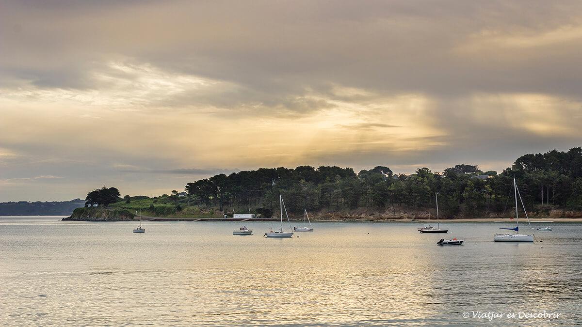 puesta de sol y veleros en la costa bretona