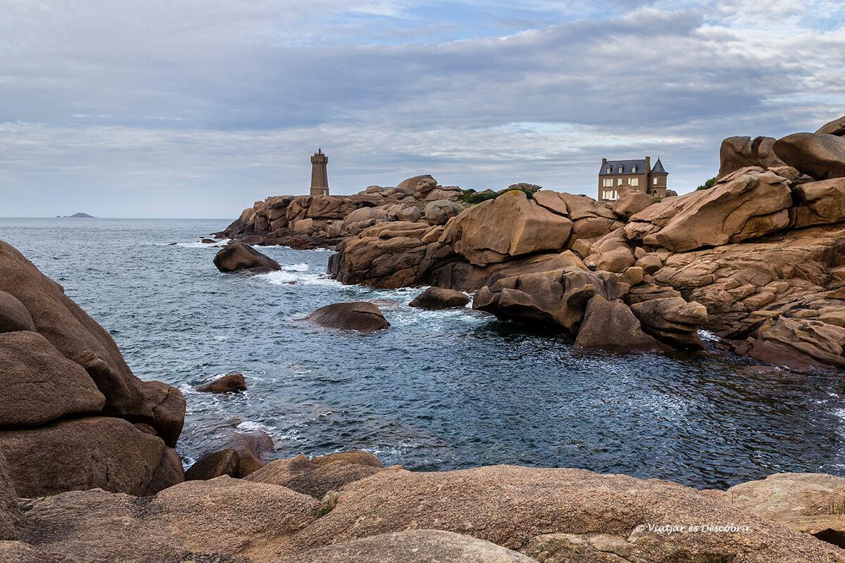 el mar y el faro de ploumanach en la costa de la bretaña francesa