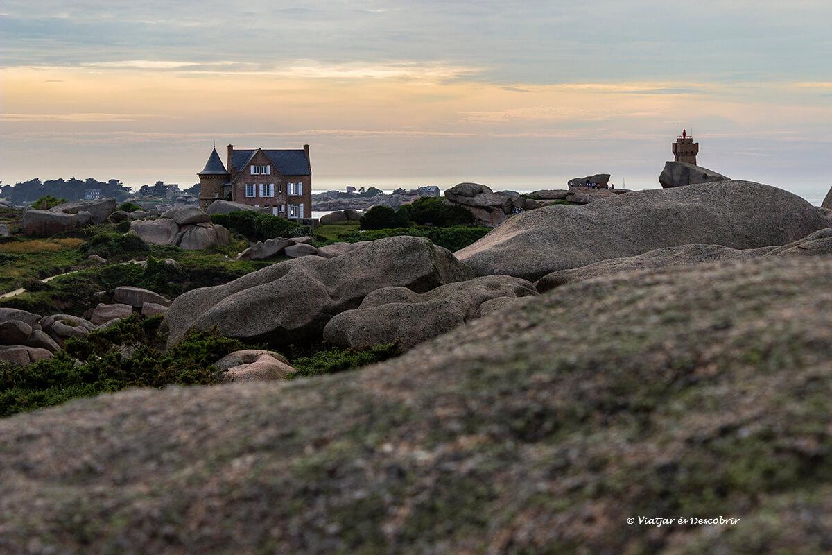 faro de Ploumanac'h en la costa de granito rosa durante el atardecer