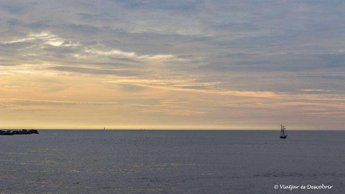 puesta de sol en la costa de la bretaña francesa y un velero