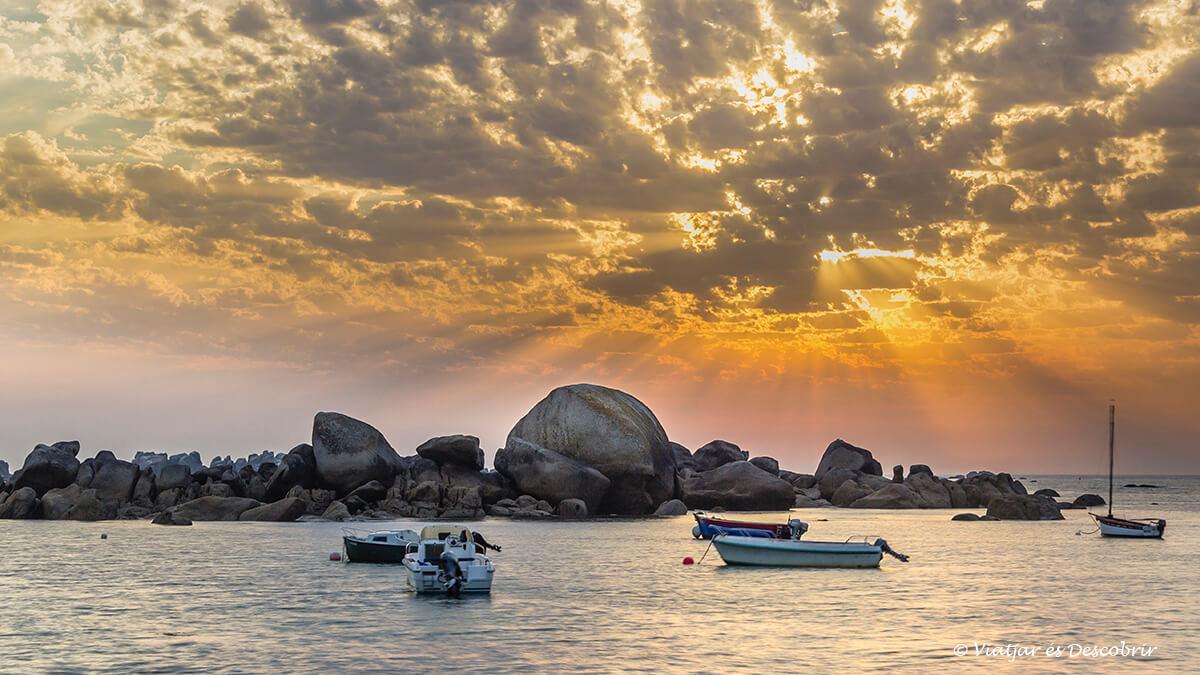 puesta de sol en la costa de la bretaña francesa