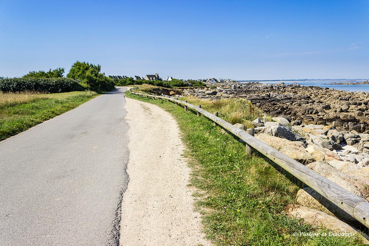 ruta en bicicleta por el litoral de la bretaña francesa hacia el faro de pontusval