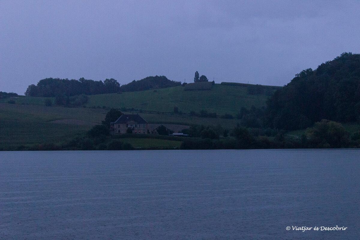 Lago Perniško bajo la lluvia en eslovenia