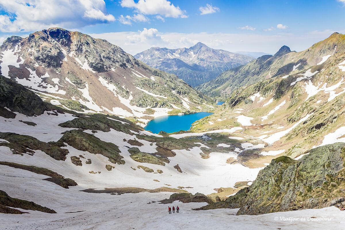 magnificas vistas del alt pirineu desde la ascensino a la pica d'estats en verano