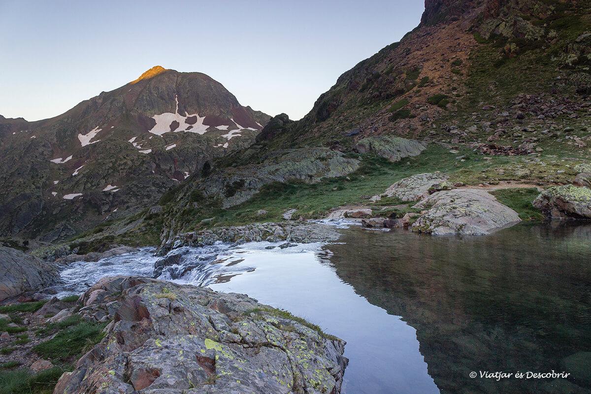 amanecer durante la excursion de subida a la pica d'estats junto al lago