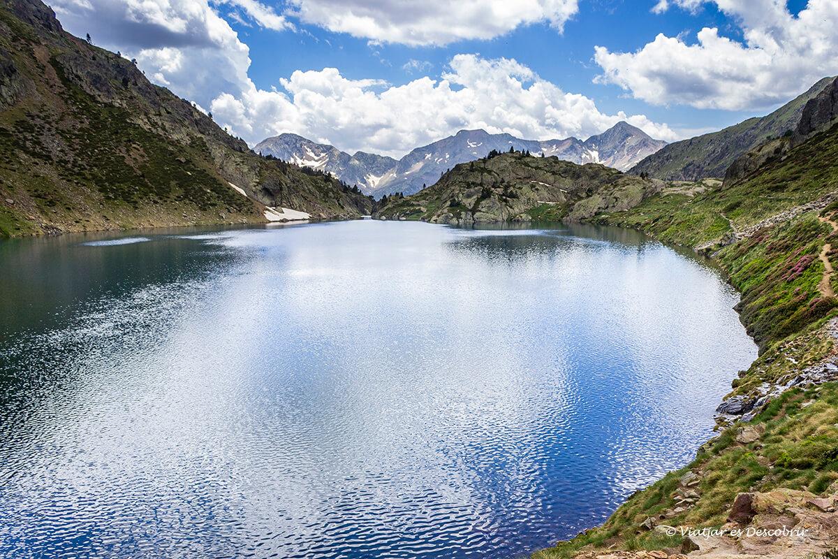 estany de sotllo reflejando las nubes de la montaña en la exursion de ascension a la pica d'estats