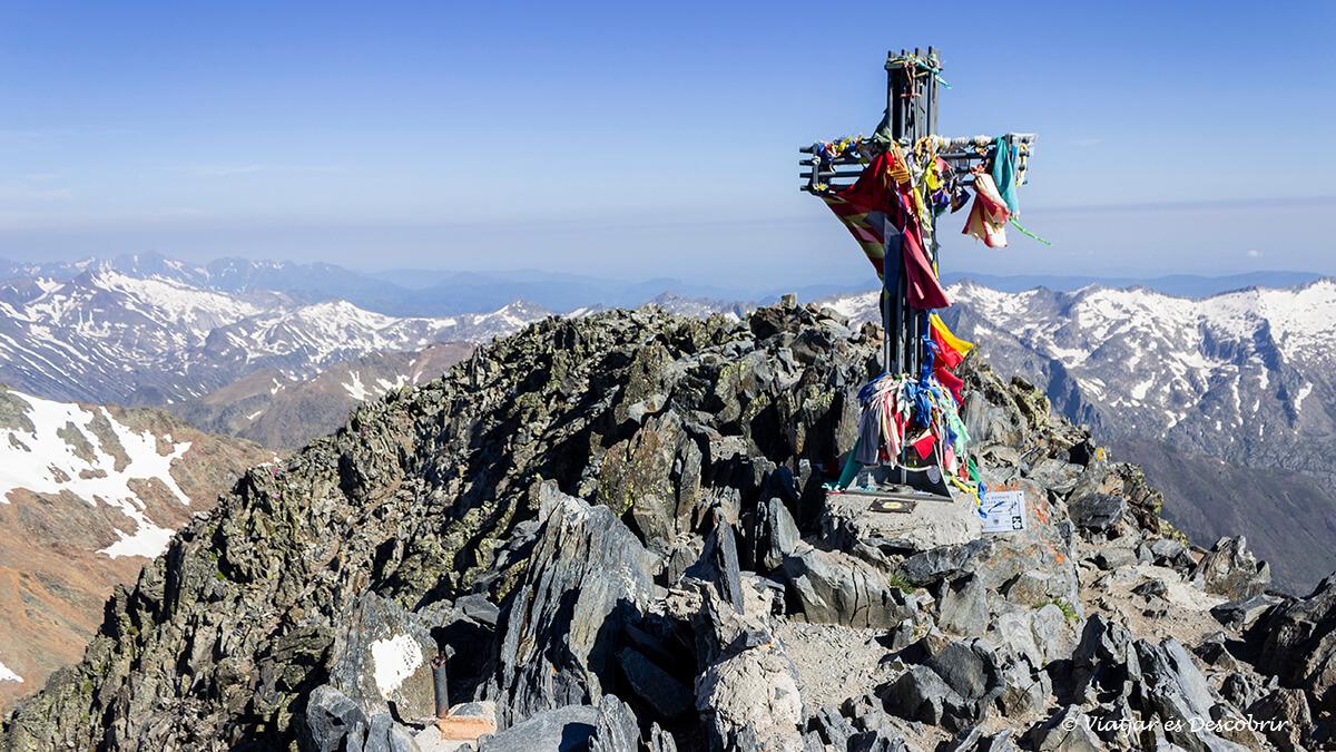 cima de la pica d'estats en el pirineo catalan