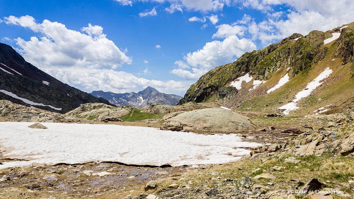 bloque de nieve y montañas en el horizonte durante la ascension a la pica d'estats