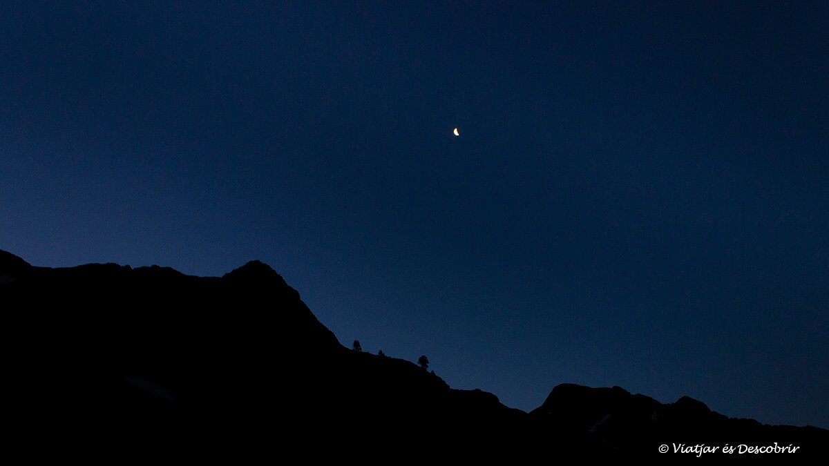 paisaje oscuro con la luna al inicio de la subida a la pica d'estats en verano