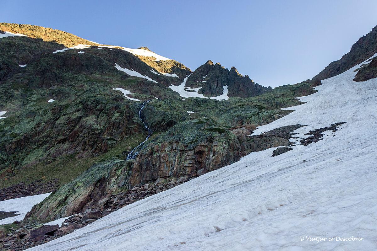maravilloso amanecer en la excursion hasta la pica d'estats en el pirineo