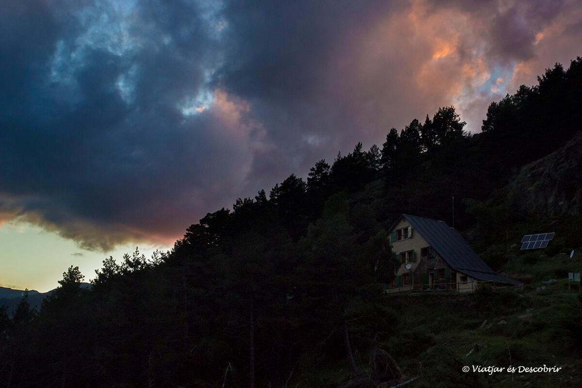 llegada al refugio de vallfarrera bajo un cielo rojizo