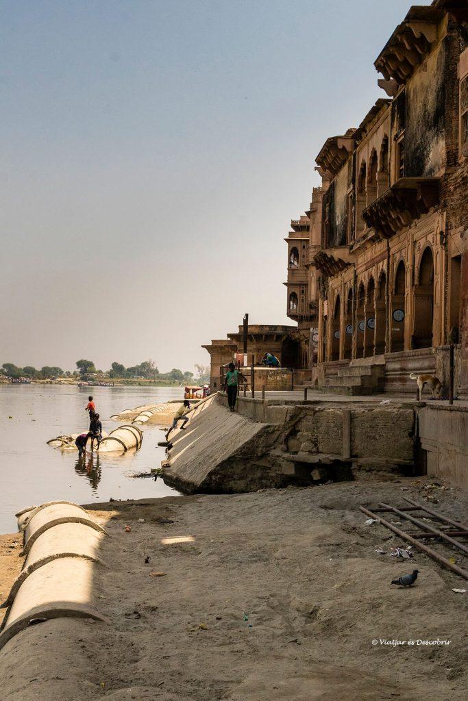 uno de los famosos ghats sobre el río Yamuna en Vrindavan