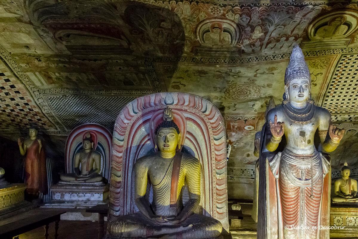 estatuas dentro de una de las cuevas de dambulla en el centro de sri lanka