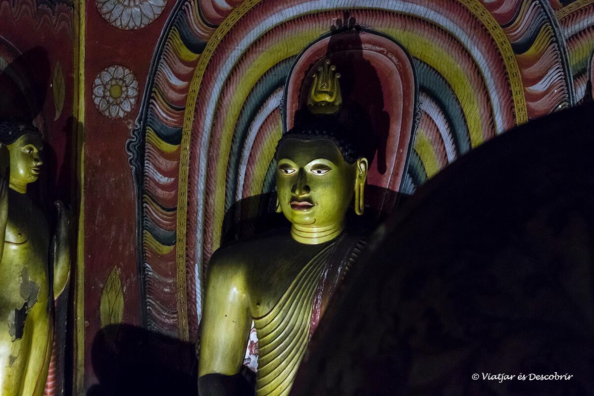 esculturas en interior de las cuevas de Dambulla a sri lanka