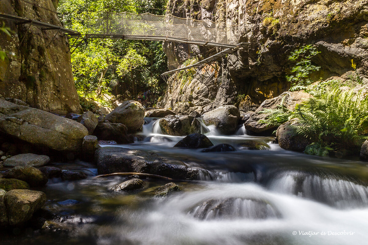 puente colgante sobre el rio carança en la cerdanya francesa