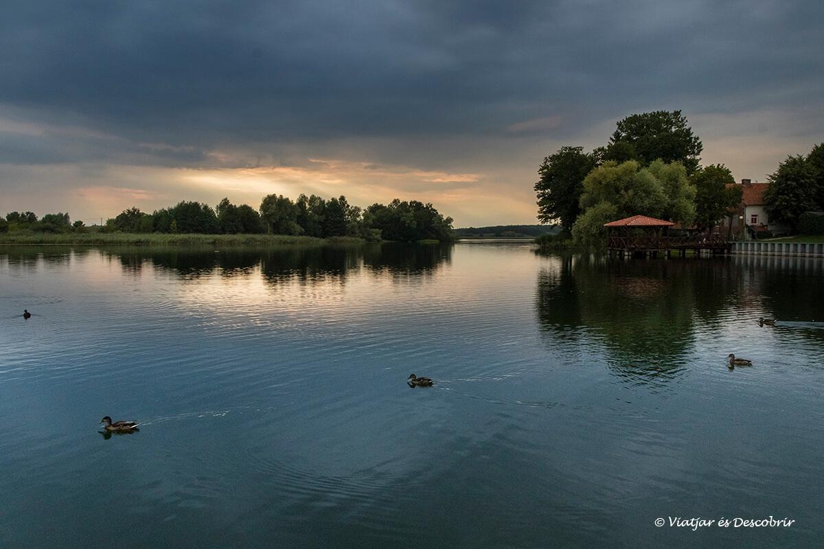 puesta de sol en el lago de Pasym al final del viaje a polonia