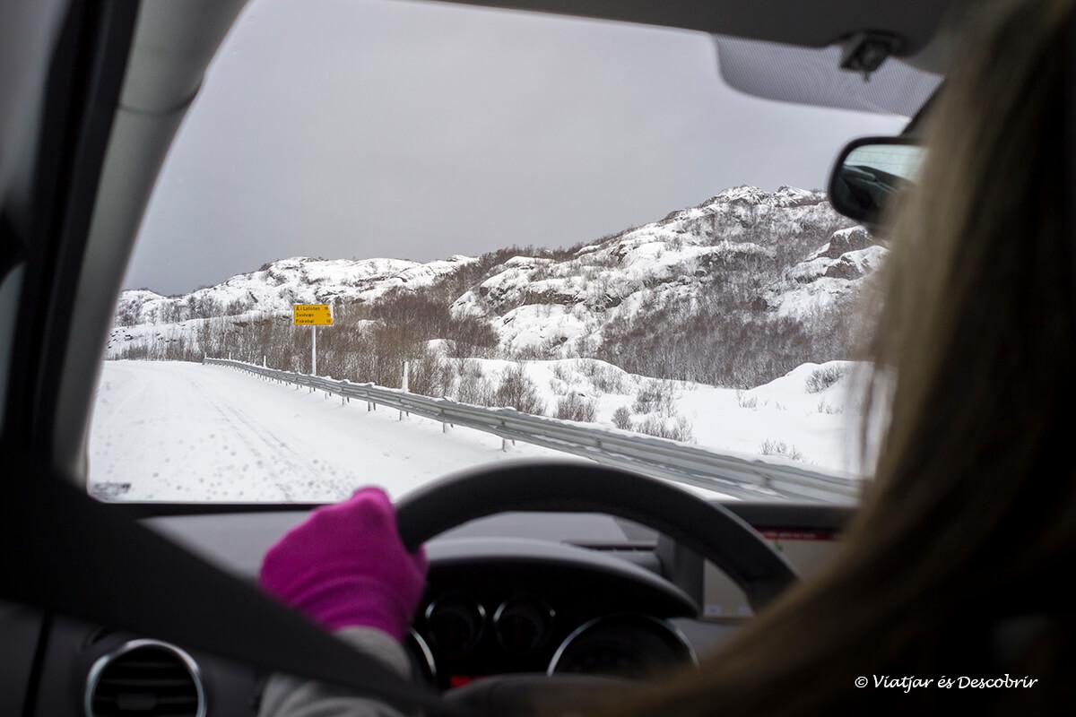 conduciendo sobre la nieve para llegar a las islas lofoten en coche