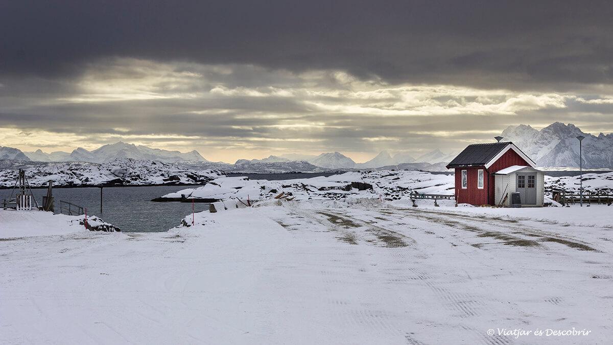 caja solitaria en el puerto de offersoy en invierno en las islas lofoten
