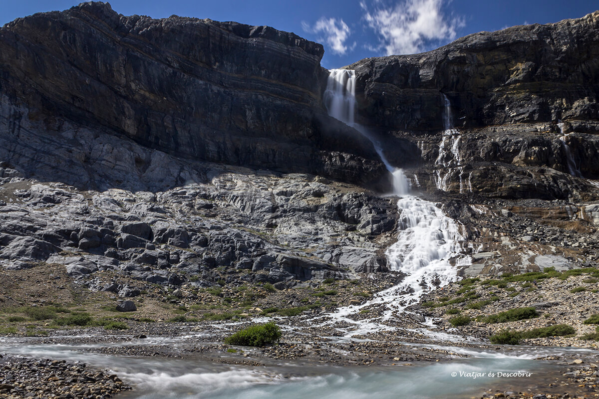 cascada en la icefield parkway