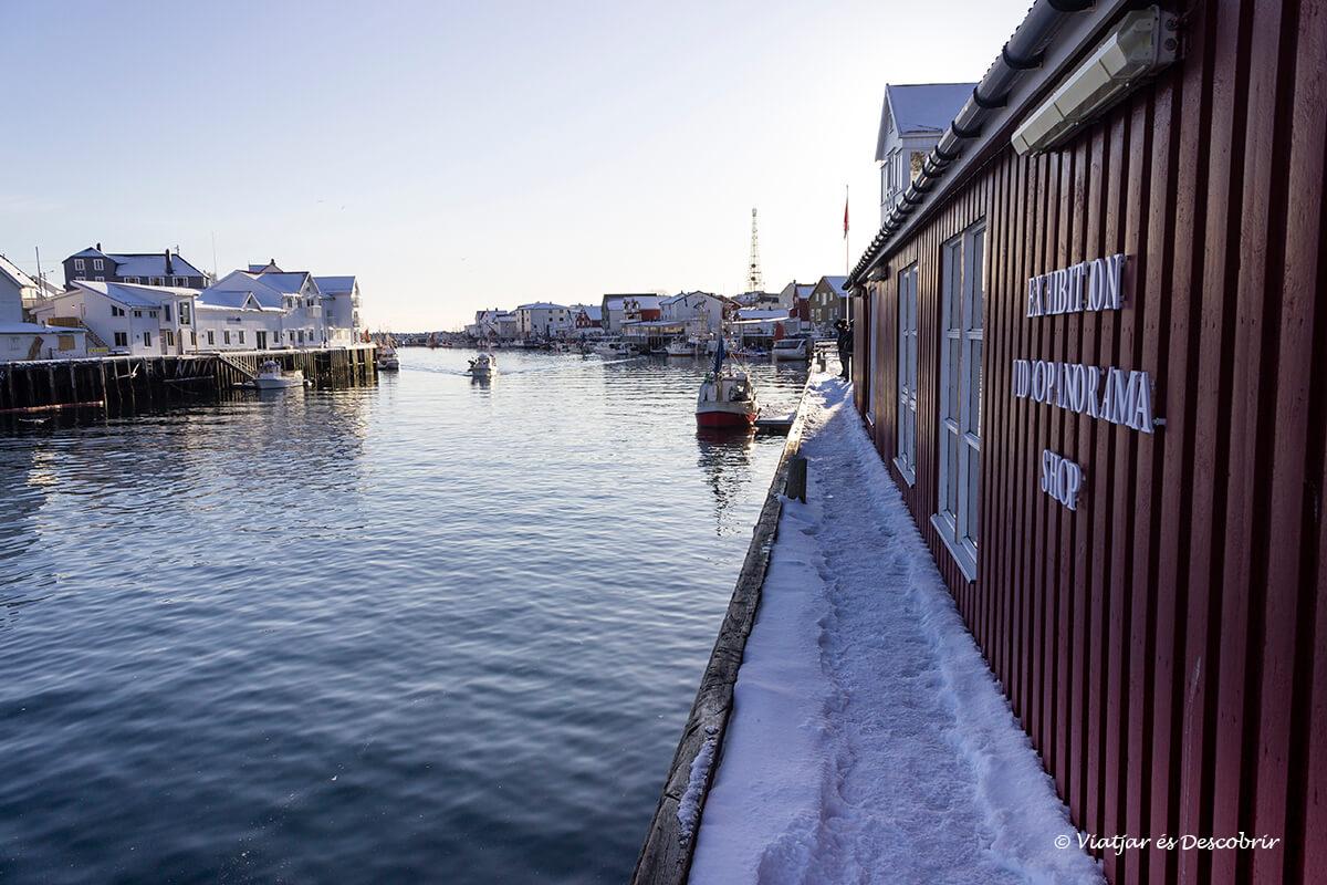 puerto de Henningsvær durante el atardecer en las islas lofoten