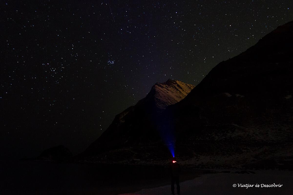 buscando la aurora boreal en las islas lofoten en invierno