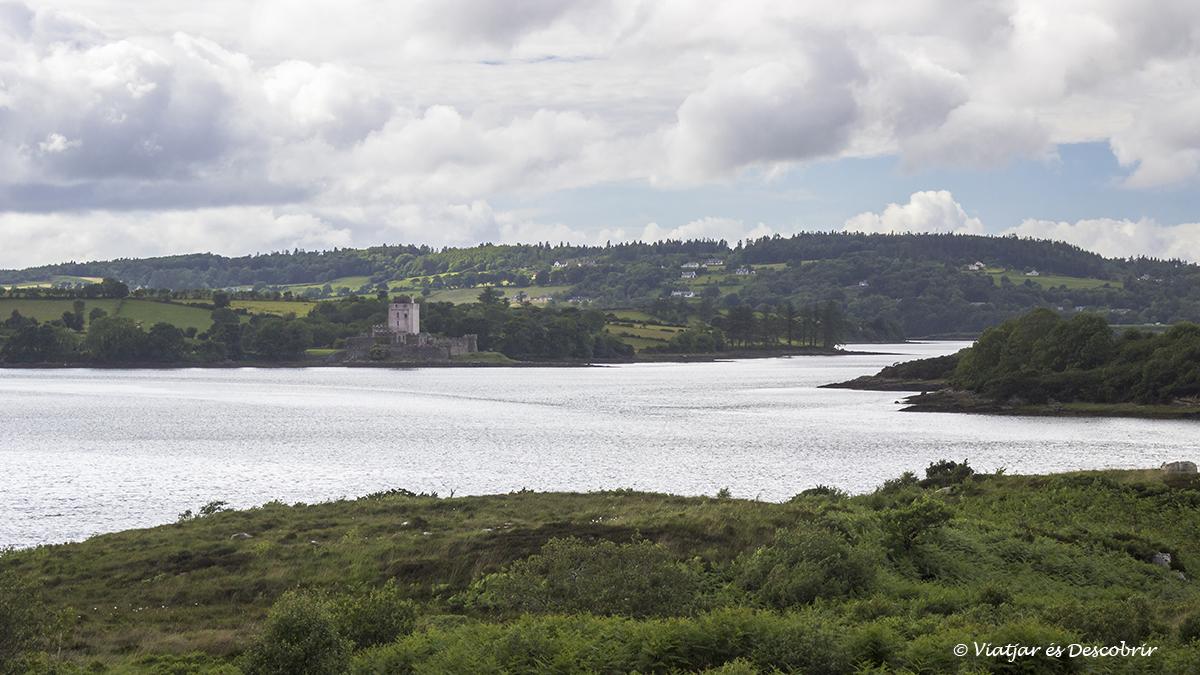 paisaje de costa que rodea un castillo de irlanda