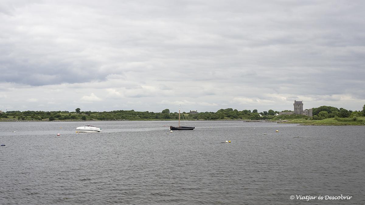 castillos de irlanda sobre una bahía
