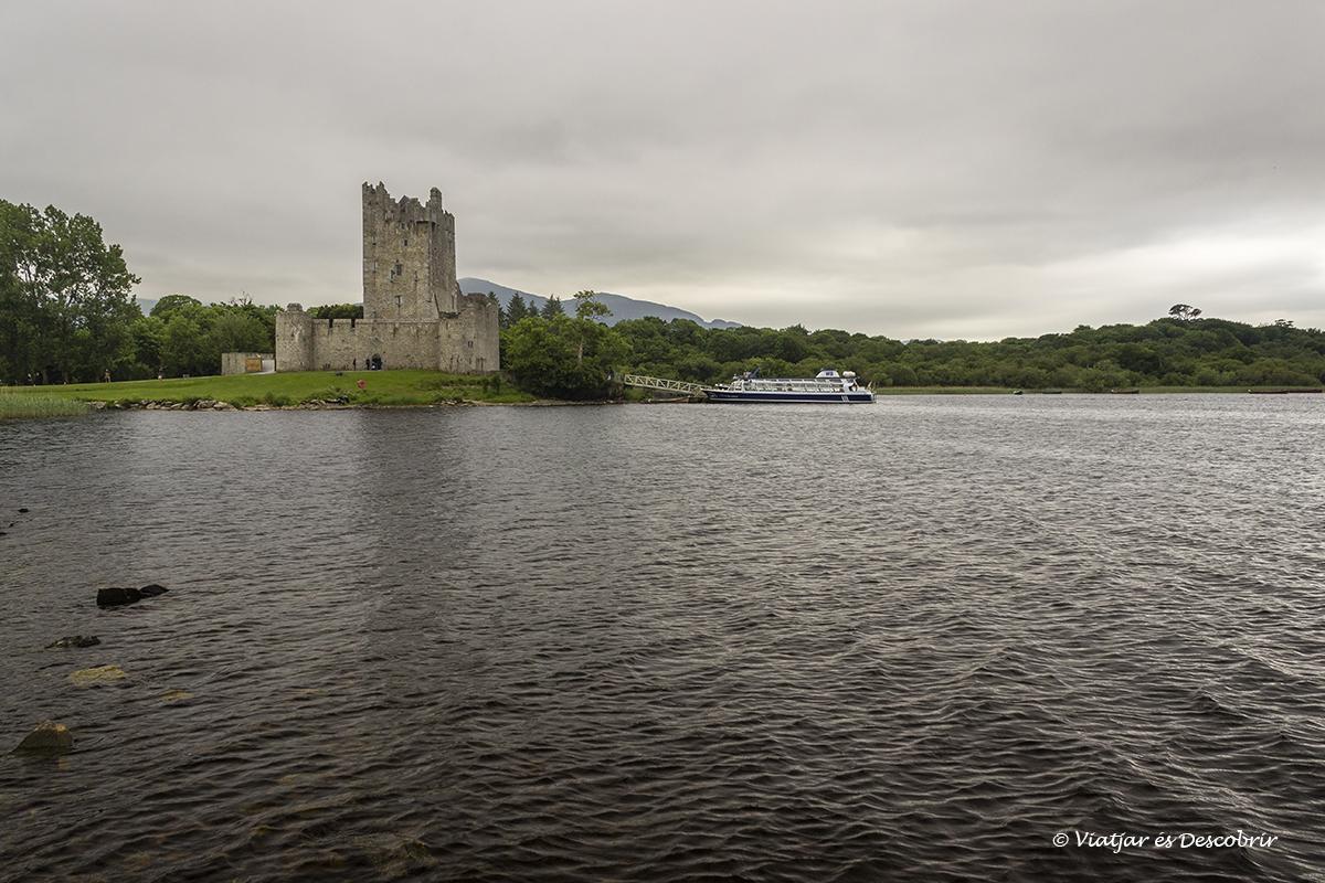 castillo de irlanda frente de un lago