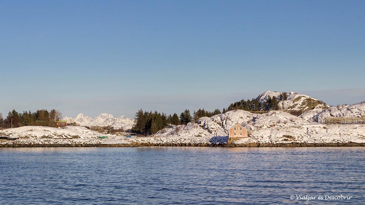 paisaje nevado en las playas de las islas lofoten en invierno