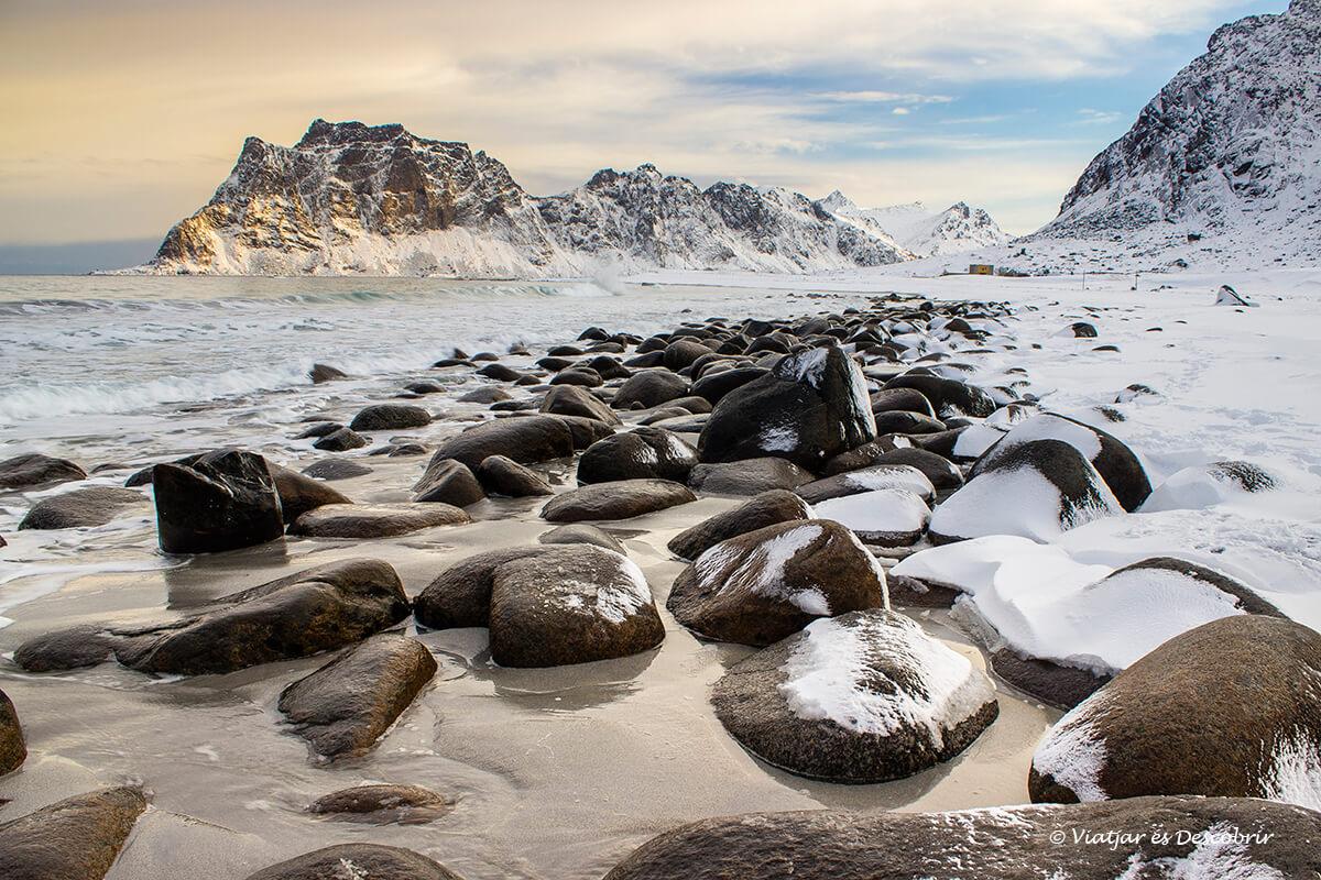 playa uttakleiv teñida de blanco en el invierno en las islas lofoten