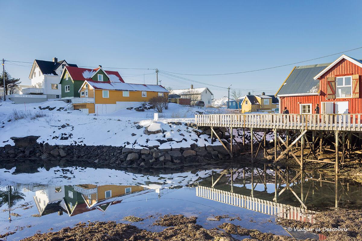 casas de madera coloridas en el pueblo Henningsvær
