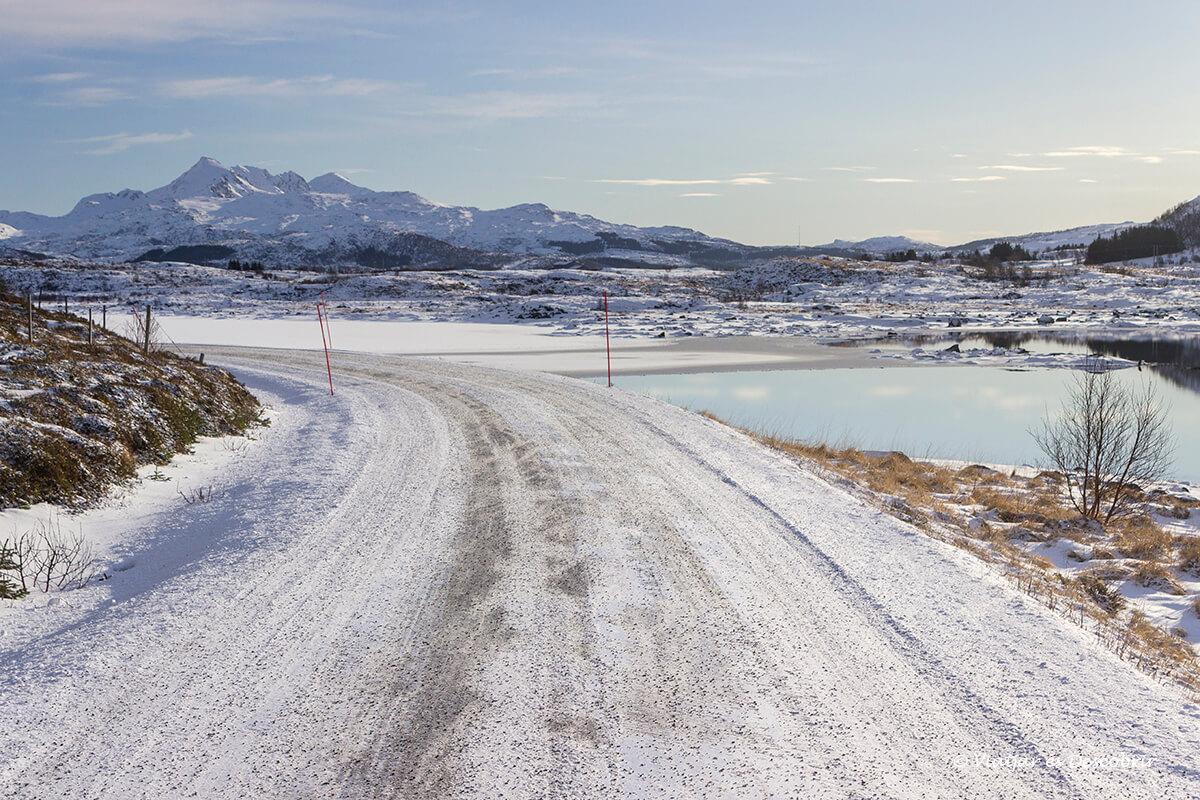 carretera secundaria en invierno en las islas lofoten