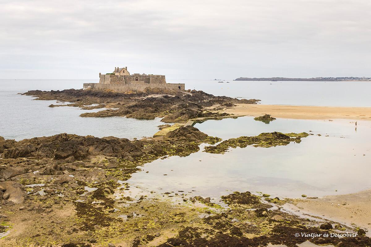 Fort National en litoral bretaña francesa en bicicleta