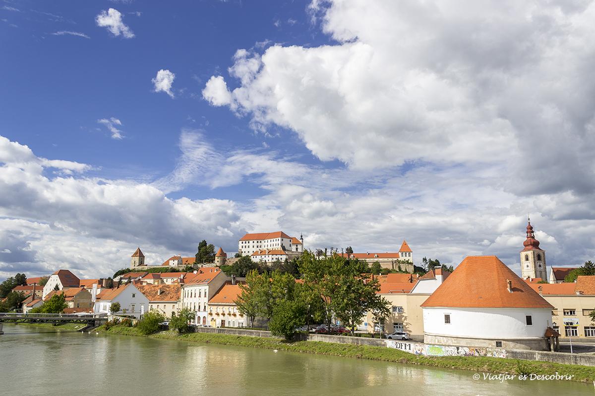vista de la ciudad de Ptuj desde el río
