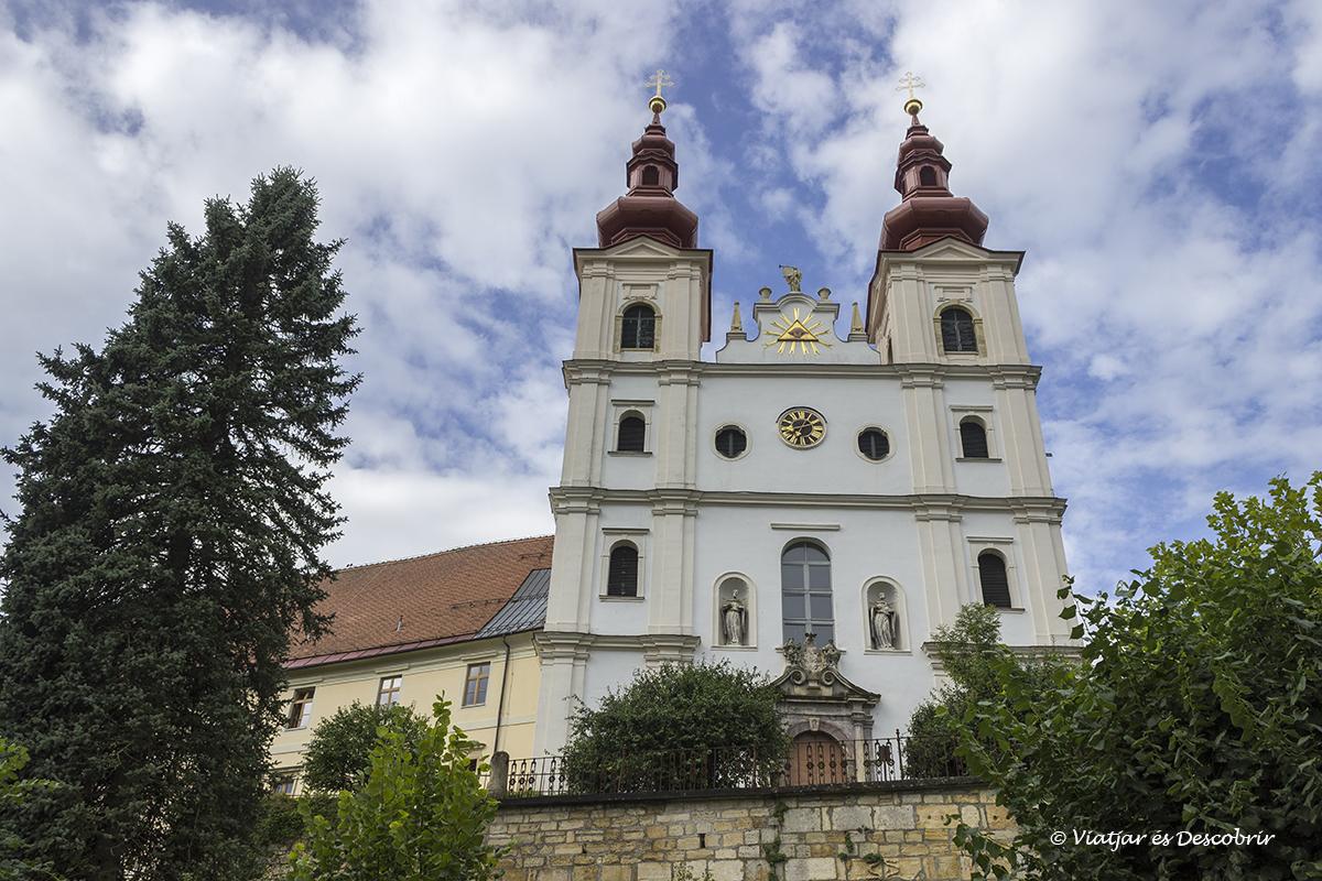 iglesia de un pequeño pueblo de la región de los slovenian hills