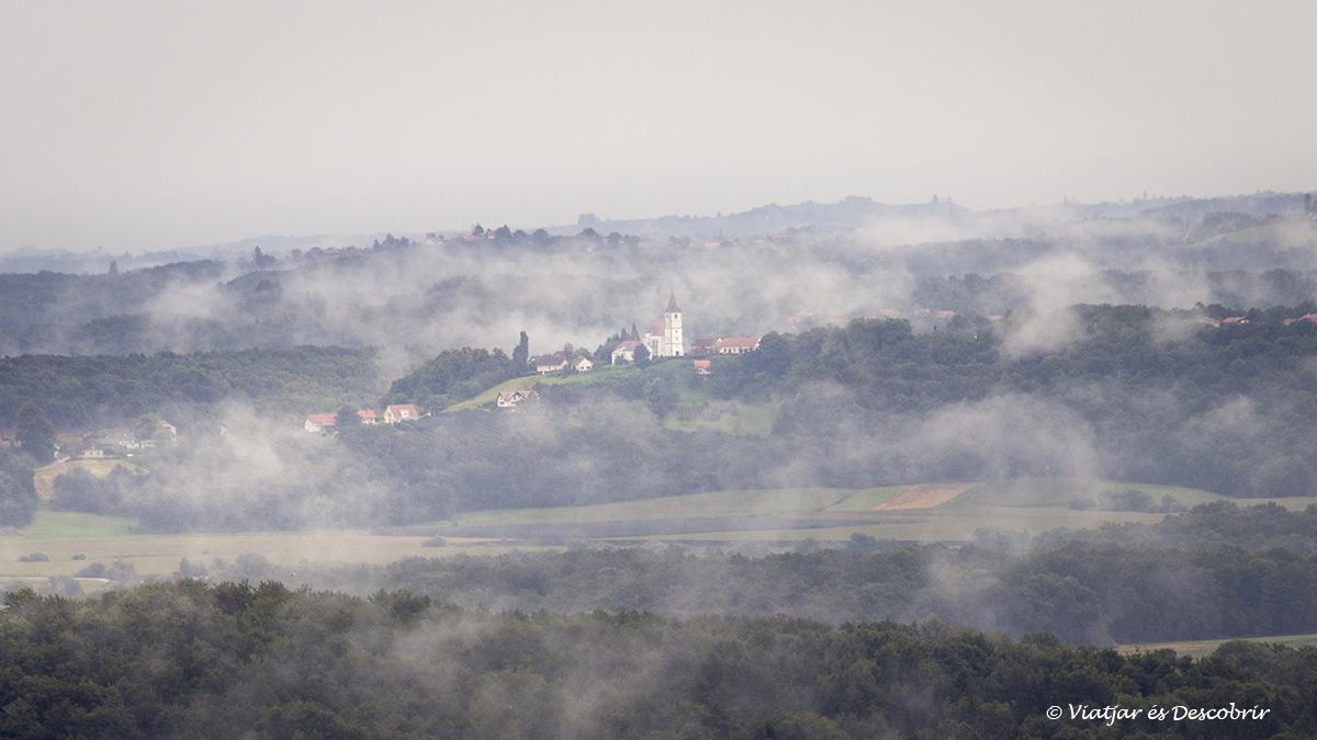 slovenian hills en Eslovenia durante la salida de sol