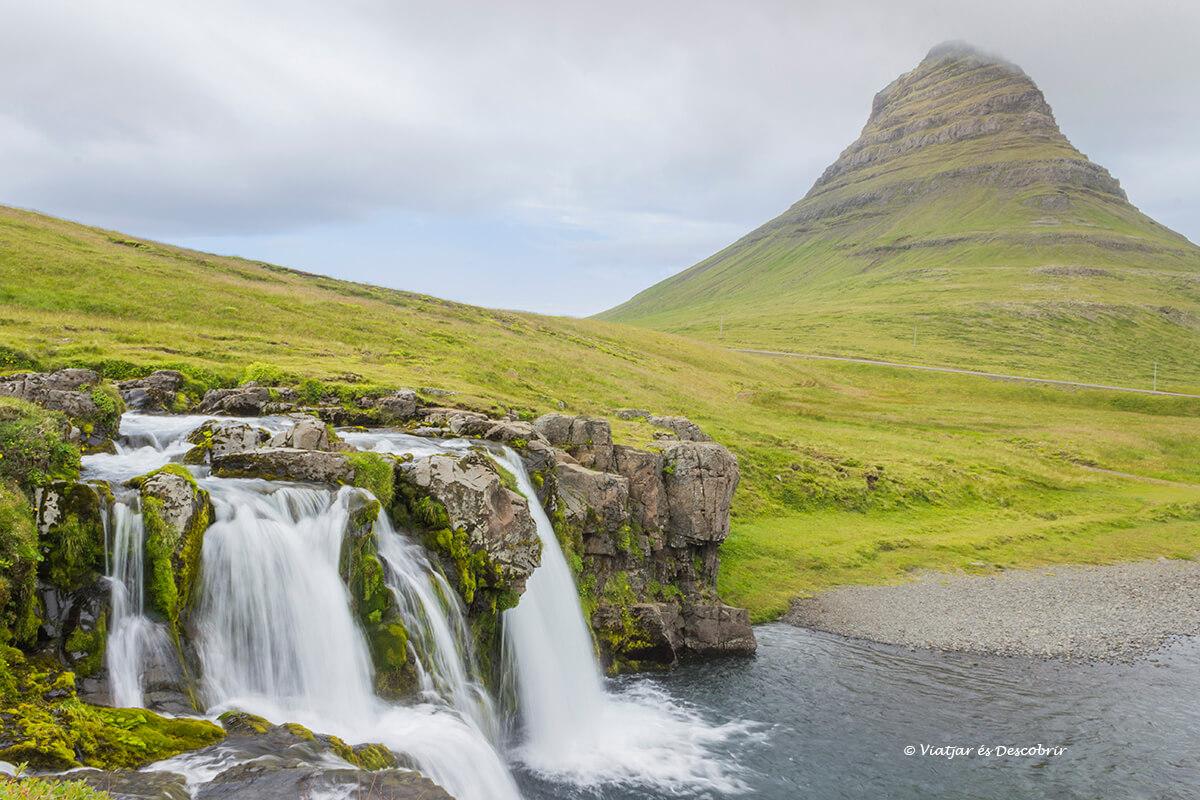 la vista de las Kirkjufellsfoss más famosa de la península de snaefellness