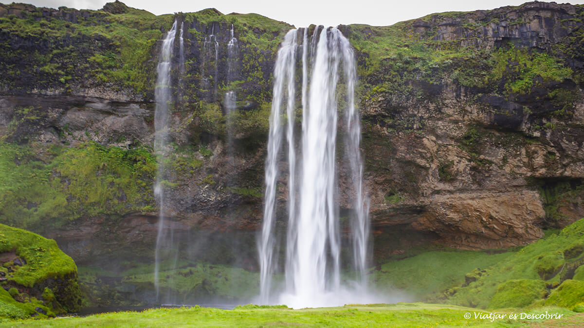 entre las mejores cascadas de Islandia destaca la Seljalandsfoss