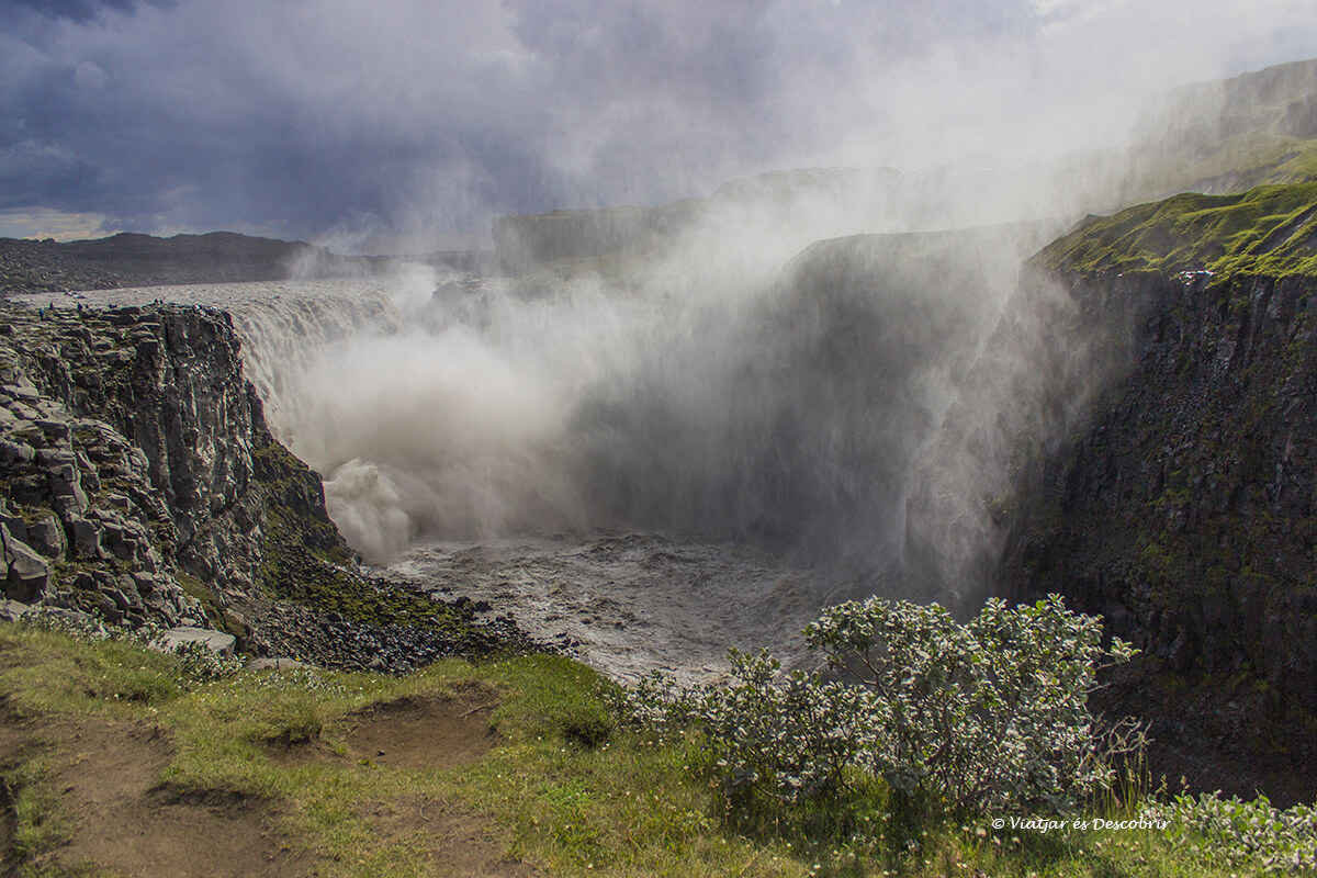 El agua y espuma de la Dettifoss bajo un día de lluvia en verano en Islandia