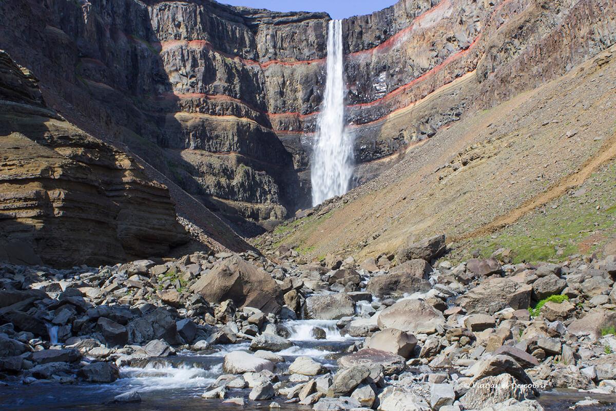 la cascada Hengifoss vista desde la proximidad, una de las mejores cascadas de Islandia