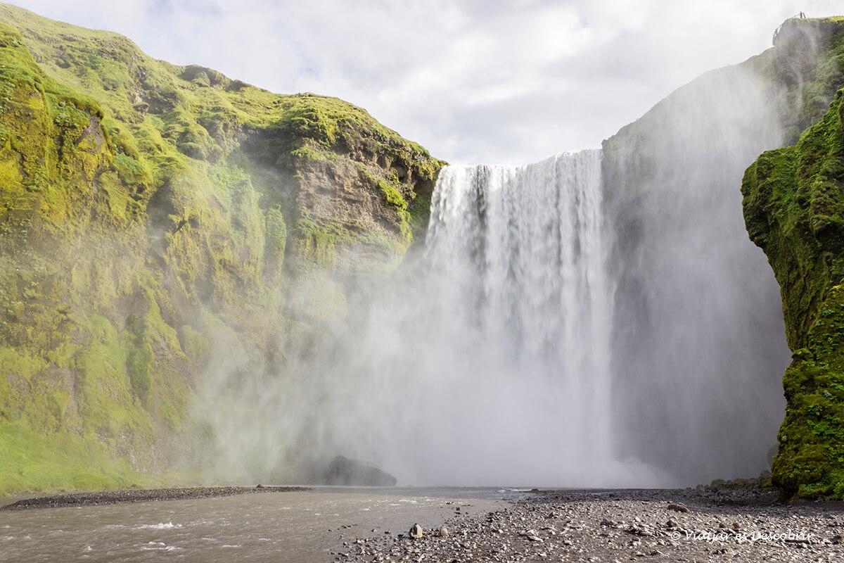 la Skogafoss es una de las cascadas de Islandia más sorprendentes