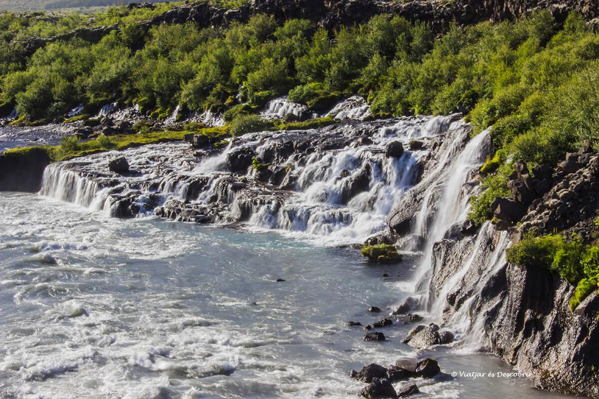 paisaje sorprendente de Hraunfossar entre las mejores cascadas de Islandia