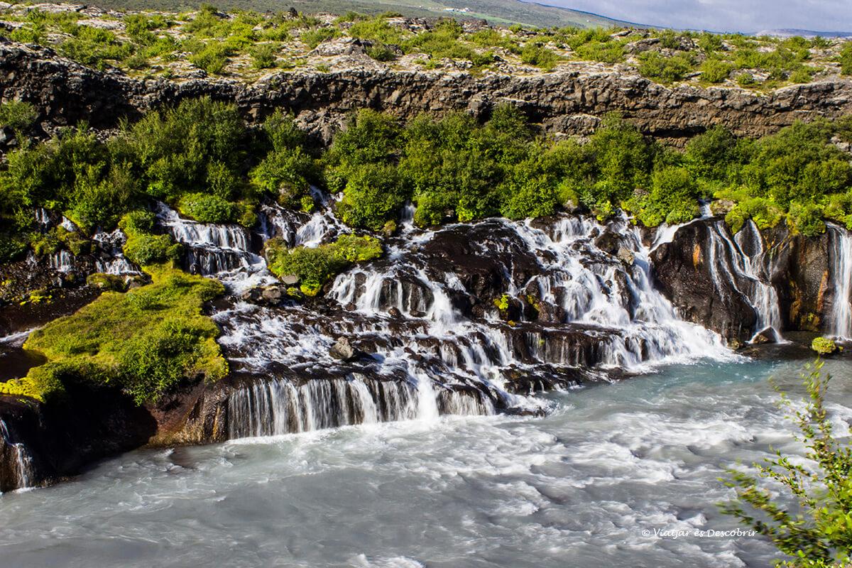 el sorprendente salto de agua de Hraunfossar