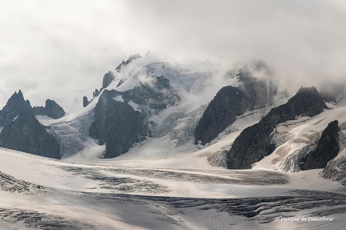 detalles del paisaje nevado cerca del refugio albert I en los alpes franceses