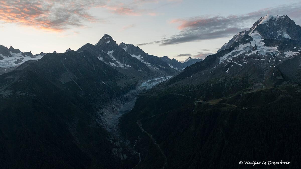 salida de sol en las montañas de chamonix durante agosto